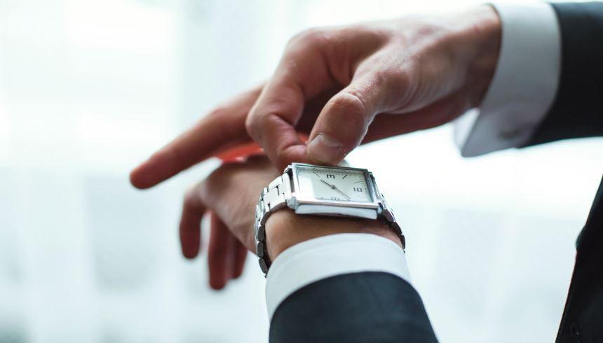 Ajustar o relógio com a peça ainda no braço pode interferir na precisão do  mecanismo 280a62bd51