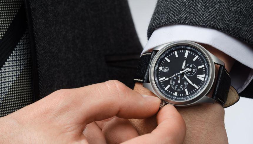 5b0143a46cf Escolher um relógio grande demais ou pequeno demais pode ficar estranho  dependendo do pulso que o usa
