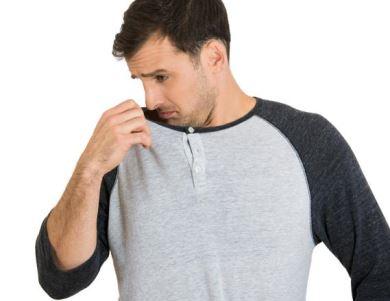 Tão ruim quanto o cheiro de suor é o efeito de desodorante usado com exagero. Cuidado