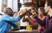 Estudos apontam que bebedores moderados trabalham melhor e ganham mais