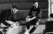 O atacante argentino conversa com Piqué, seu companheiro de Barcelona há muitos anos