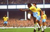 Pelé, com o passar dos anos, começou a ser questionado por causa de um certo camisa 10 argentino