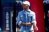 Hamilton também não abre mão de uma jaqueta jeans e óculos escuros