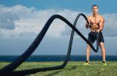 O treinamento com corda é um exercício de força intensivo que é simples e muito eficaz. Aprenda como fazer!