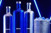 As garrafas terão as cores metálicas prata e azul cobalto