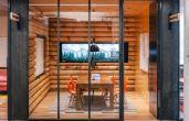 Na Airbnb, empresa de serviços de hospedagem, os profissionais podem trabalhar em salas confortáveis decoradas como cabanas e outros temas turísticos