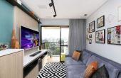 Integrar os ambientes de paredes claras com elementos coloridos pode deixar o apartamento pequeno bem aconchegante