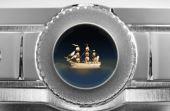 Entre os mimos do Art Piece 1, há uma miniatura de um barco de ouro feito pelo artista Wiliard Wigan