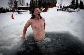 As vantagens de entrar na água extremamente fria vão além do âmbito esportivo