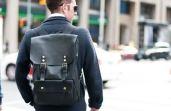 Se for de mochila, fique longe das estampadas e prefira as de couro ou lona para um visual mais maduro