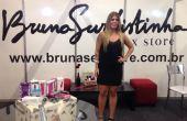 Bruna posa no estande de sua nova loja virtual, no evento Erotika Fair