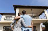 Depois de muitas economias, comprar a casa própria é uma grande realização para o homem