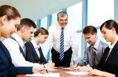 O CEO inspira os demais membros a trabalharem melhor e alcançarem suas metas de forma concreta e objetiva