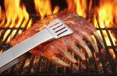 Desde os tempos das cavernas: foi só dominar o fogo que o homem passou a assar sua carne de caça