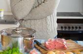 Em casa, tentar cozinhar pode ser um grande (e gostoso) aprendizado