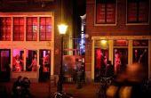 No Distrito das Luzes Vermelhas, que fica em Amsterdã, prostitutas ficam expostas nas vitrines à espera de clientes