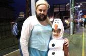Apesar do tamanho e cara de durão, Rob Chillingworth se vestiu de Elsa para acompanhar sua filha em uma sessão de Frozen