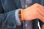 Se quiser, e a ocasião permitir, use acessórios como relógio, chapéu, pulseiras, cachecol, colares e óculos escuros