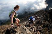 Correr a Dragon's Back Race pode proporcionar belas vistas, mas é melhor ficar atento para não cair do alto da montanha