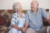 Embora os homens cogitem se relacionar com mulheres mais novas, na prática, eles têm parceiras da mesma idade