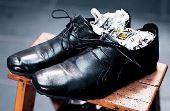 Para acelerar a secagem: usar folhas de jornal amassadas dentro do calçado é um dos truques