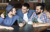 Se os seus amigos também estiverem solteiros, chame-os para curtir a virada do ano com você em um lugar bacana