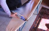Forrar a tábua de passar com papel alumínio retém o calor e torna o processo mais rápido