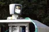 Funcionando como um piloto automático de avião, o sistema que guia o automóvel conta com sensores, câmera e até um laser que informam a presença de obstáculos à frente