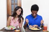 Em experiência, homens comeram 92% a mais quando estavam com mulheres