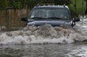 Tome cuidado: a onda causada pelo seu carro pode jogar água para dentro do filtro de ar
