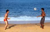 As opiniões sobre o que usar na praia ainda são bem diversas: muitos preferem shorts, enquanto outros gostam mais de sunga