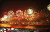 Festa de Reveillón com amigos, pé na praia e muitos fogos de artifício é diversão garantida