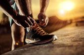 Você decidiu começar a correr e isso é ótimo, mas por onde começar? Comprar um tênis adequado pode ser o primeiro passo