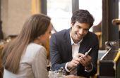 Tecnologia: possibilidade de pagar contas por aproximação do celular, sem usar dinheiro ou cartão