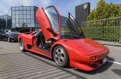 Muitos modelos retrôs ficam expostos aos visitantes no museu da Lamborghini