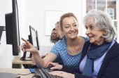 Enquanto os mais velhos tiveram que se acostumar com as novas tecnologias ao longo de sua vida, os mais novos já nasceram com elas presentes em seu cotidiano