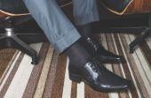 Segundo a regra, a cor da meia deve ser a mesma da calça, mas muito homem prefere acompanhar a cor do calçado