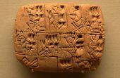 Pedra de 5 mil anos mostra ser humano vendendo seu trabalho em troca de cerveja. Registro foi feito em linguagem cuneiforme