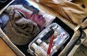 Para não molhar toda sua mala, coloque em uma nécessaire cremes, pastas, shampoos, perfumes e afins