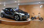 Carro conceito i3 e a bicicleta Pedelec já estão expostas na concessionária, em Londres
