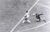Na Copa de 70, sem tocar na bola, Pelé aplicou um drible de corpo no goleiro uruguaio Mazurkiewicz