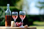 Vinhos rosés, por outro lado, são ideais para dias mais quentes e harmonizam muito bem com frutos do mar e canapés