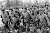 Isso acontece porque o modelo de medidas usado hoje ainda é o mesmo criado durante a Segunda Guerra, quando foi necessário fabricar uniformes em massa