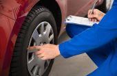 Conferir a calibragem e desgaste dos pneus são importantes para evitar acidentes