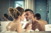 Transar em uma banheira ou piscina, por exemplo, também pode engravidar a parceira