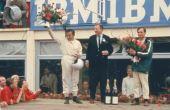 Bruce McLaren e Chris Amos, em 1966, no pódio de Le Mans