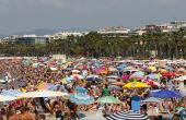 Com as praias lotadas nessa época, a proliferação de doenças costuma aumentar