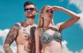 A radiação solar, em contato com a pele tatuada sem proteção, reage com a tinta e causa o desbotamento