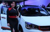 Além dos modernos e luxuosos carros, o que também chama a atenção nos estandes das marcas são as belas mulheres
