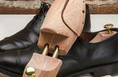 Alargadores de sapatos, ajustáveis e feitos de madeira ou plástico, também podem resolver o problema